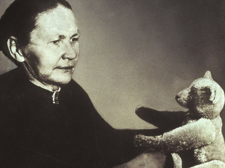 L'Allemande Margarete Streiff avec l'un des ours en peluche de sa marque